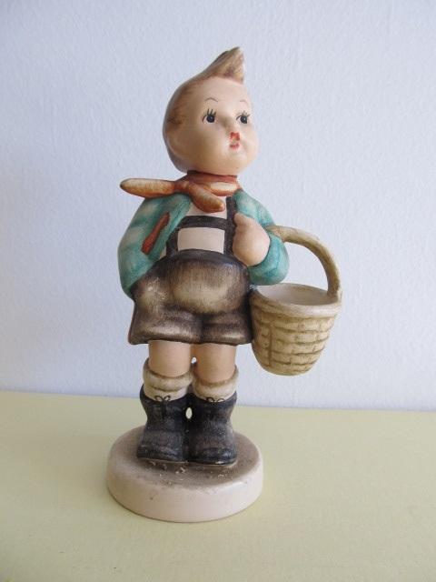 Bibelou din ceramica , baietel cu cos , vintage (5)