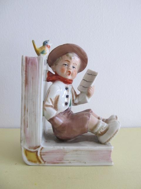 Bibelou din portelan , copil cu carte (10)